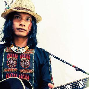 巴賴 Balai 【乘載著古老的聲音,沉穩地,吟唱著新的世界】 土生土長的都市排灣族-巴賴Balai,台灣新聲代都市原住民創作歌手身份,聲線宛如老人般的吟唱,帶著原生血液融和環境的靈、土地的魂所創作的詞曲,借由吉他的鏗鏘的聲響,能量滿滿的音樂創作,率性表達出純真與直樸的原創精神,加上豐富的現場演唱實力,古老卻也透明穿透人心。 2016年以錄音作品『古老的透明』榮獲【第27屆金曲獎最佳原住民歌手獎】。 《祖先的記憶,在血液中流傳著遠古的美德。 自然地沒有規範地超越時空,融合著衝突與矛盾卻是透明純真是千變萬化的力量乘載著古老的聲音,沉穩地,吟唱著新的世界》