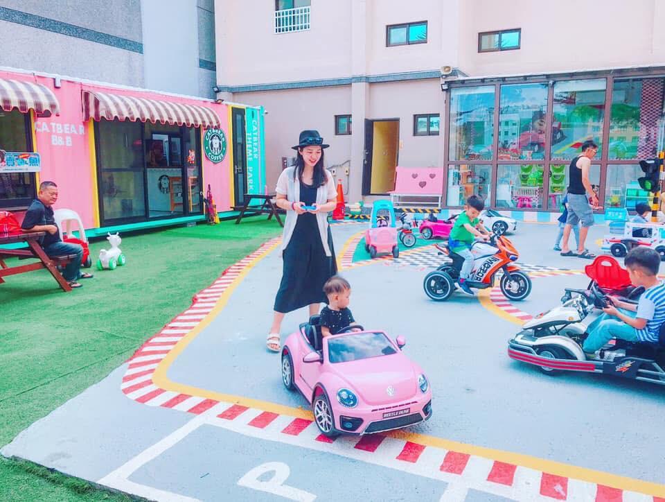 大型兒童停車場~將近三十台的兒童電動車,民宿主人就是不怕小朋友玩,民宿也才十間房間就有這麼多的車款